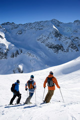 Skifahrer vor Gebirgspanorama