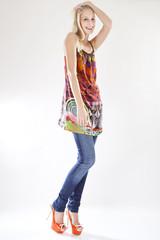 Junge Frau in Jeans und buntem Ethno Shirt