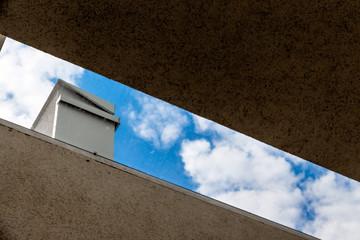 Blauer Himmel zwischen Mauern