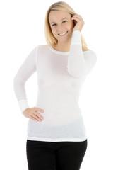 Frau trägt Pullover und Hose