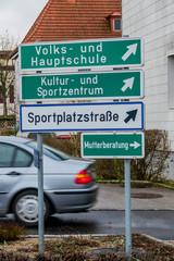 Verschiedene Schilder in einer Kommune