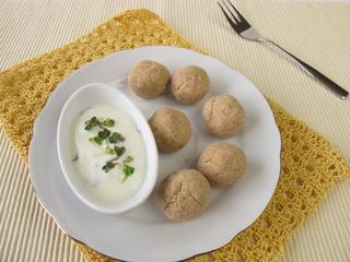 Tsampa-Bällchen mit Joghurt und Radieschensprossen