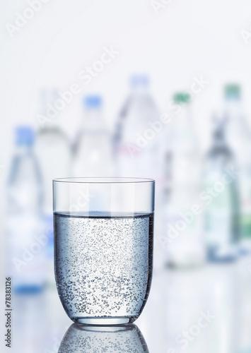 Glas Mineralwasser - 78383126