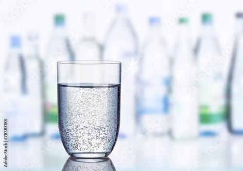 Glas Mineralwasser - 78383188