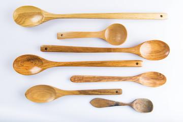 Cucharas de palo o madera para cocina aisladas en fondo blanc