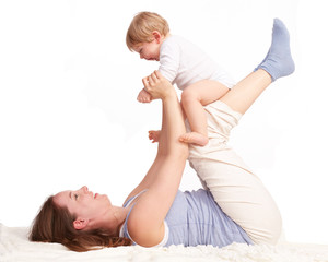 Mutter spielt mit ihren lachenden Sohn