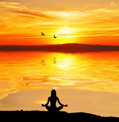 mujer relajandose en el lago