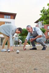 Senioren spielen Boule vor dem Seniorenheim