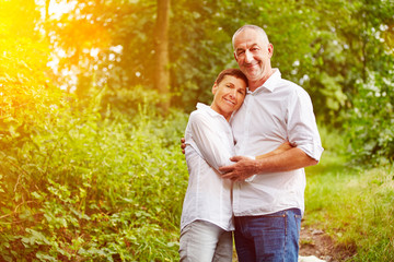 Paar Senioren im Wald im Sommer