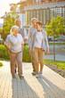 canvas print picture - Gruppe Senioren macht Spaziergang im Sommer