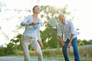 Senioren spielen Federball im Sommer