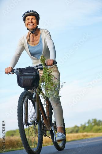 Deurstickers Fietsen Frau fährt Fahrrad mit Fahrradhelm