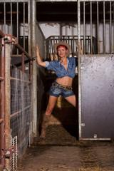 Frau im Stall