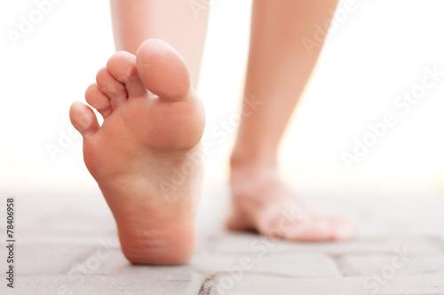 Feet walking outside - 78406958