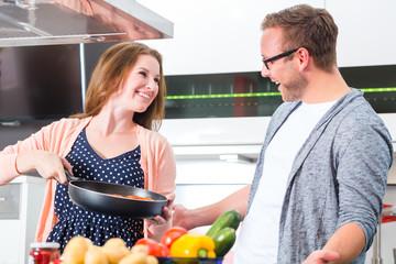 Paar kocht Pasta zuhause in Küche