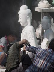 Esculpiendo figuras de Buda en Mandalay (Myanmar)