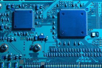 青い照明のIC基板のアップ