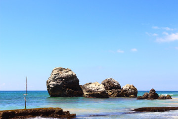 Скала на берегу индийского океана, Шри-Ланка