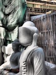 Esculpiendo Budas en la calle en Mandalay (Myanmar)