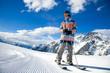 Junger Skifahrer vor Alpenpanorama