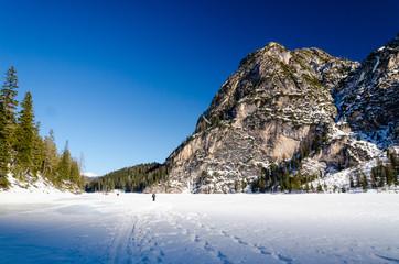 Passeggiata sul lago ghiacciato