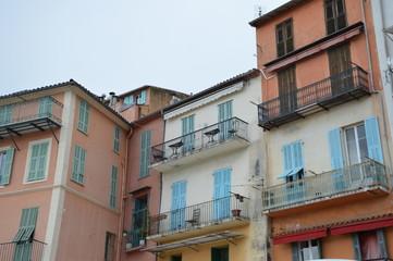 Balkone an bunten Häusern