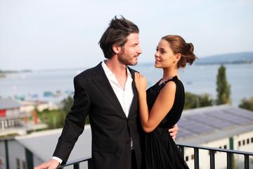 Glückliches Paar auf Dachterasse