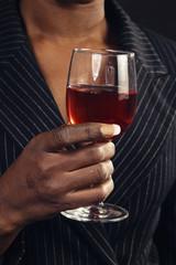 femme noire buvant vin