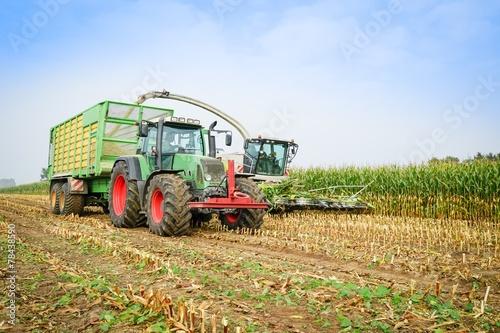 Maisernte,Maishäcksler in Aktion,Erntewagen mit Traktor