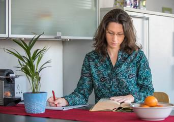 Junge Frau beim studieren