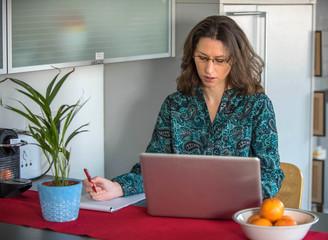 Frau am Laptop arbeitend