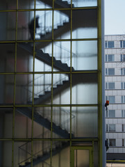 Anonyme Person im Treppenhaus, Hochhaus