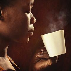 femme africaine buvant café