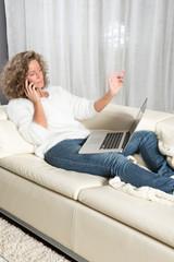Frau telefoniert mit Computer