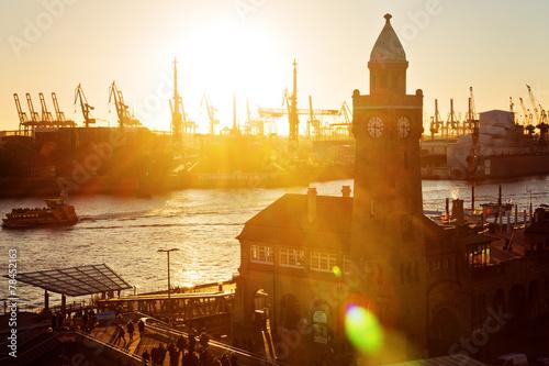 Fotobehang Stad aan het water Abendstimmung an den Landungsbrücken – Hamburg