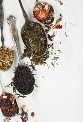 Different types of tea leaves in spoons