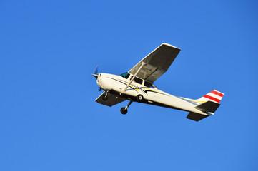 Fliegendes Propellerflugzeug