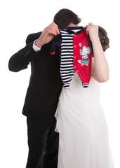Hochzeit mit schwangerer Brau isoliert auf weiß: Hochzeitspaar