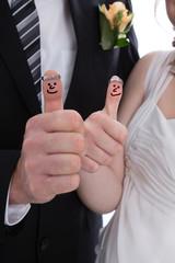 Hochzeitspaar oder Brautpaar mit Daumen hoch