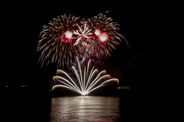 fiesta de año nuevo en el mar con fuegos artificiales