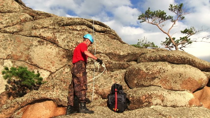 Climber packs the rope
