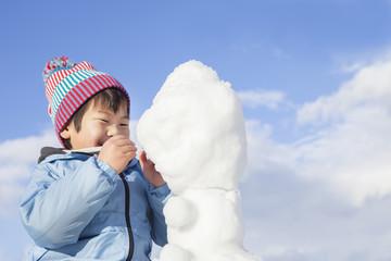 雪遊びする子供
