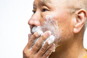 無精髭を剃るシニア