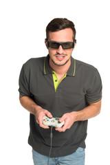 Junger Mann spielt Computergame