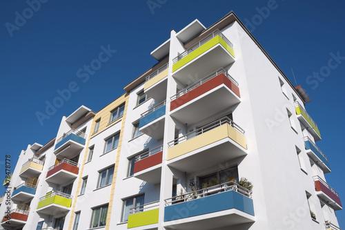 Leinwandbild Motiv Sozialer Wohnungsbau: Sanierter Plattenbau