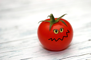 böse rote Tomate