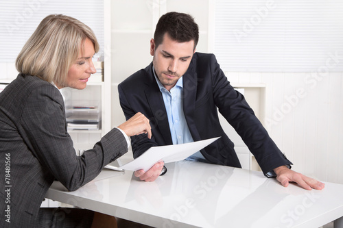 canvas print picture Erfolgreiches Business Team im Büro: Mann und Frau