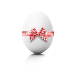 Weißes Ei mit Karoband