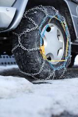 Geländewagen mit Schneeketten