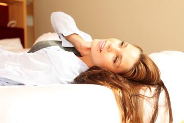 Frau mit verträumten Blick zur Decke